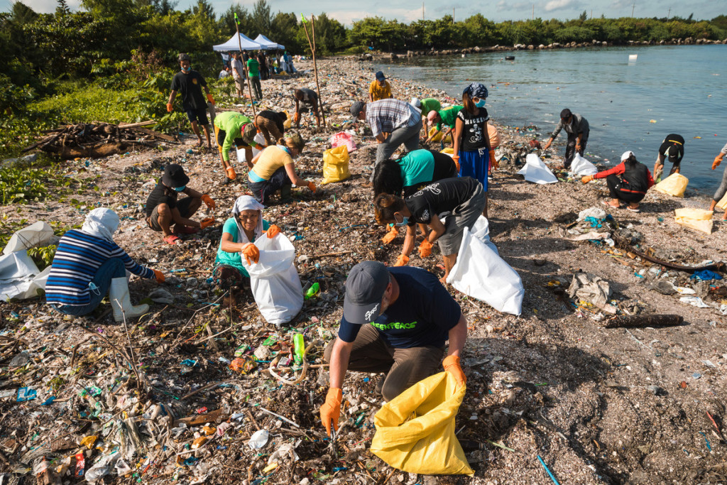 Volunteers collect trash during a garbage audit environmental groups conducted at Freedom Island in Metro Manila last year. Image courtesy of Greenpeace.