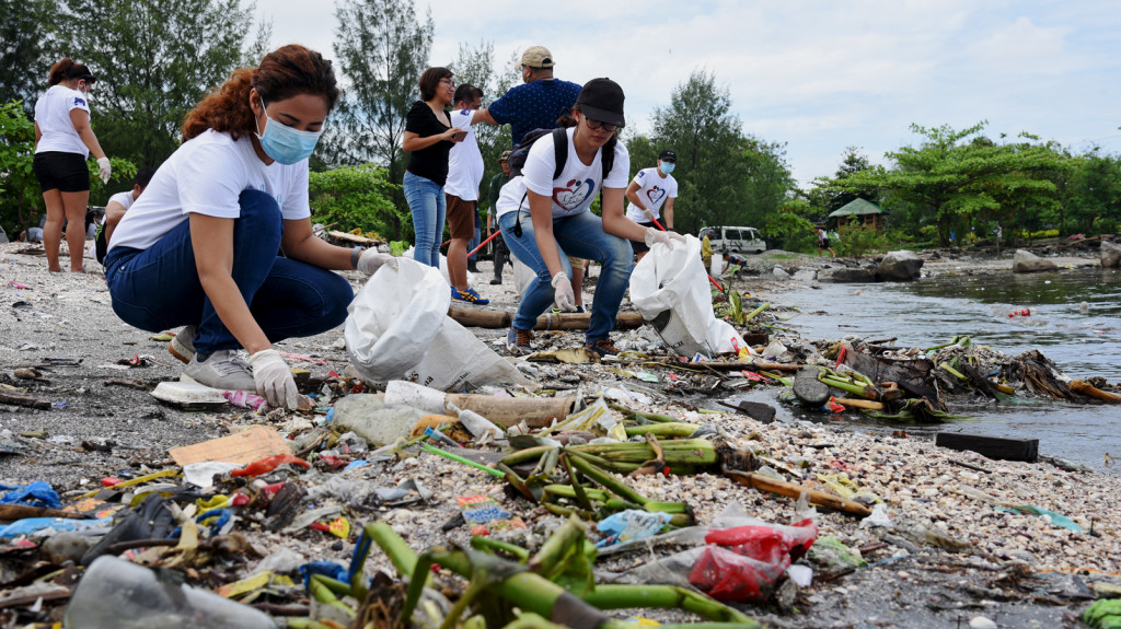 Coastal clean-up along the Manila Bay in Freedom Island. credit:IVAbano